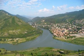 Widok z monastyru Dżwari na dolinę rzeki Mtkweri i Mtshetę