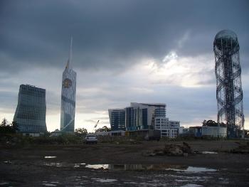Nowoczesne budynki i ich otoczenie w Batumi