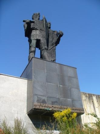 Pomnik Mieszka I i Bolesława Chrobrego przed Muzeum Początków Państwa Polskiego