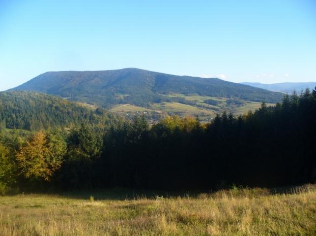 Na szlaku z Lubomira do Lubnia - widok na  Lubogoszcz, zdjęcie wykonano  6 X 2012