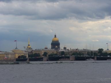 Sobór Isaakiewski widziany z drugiego końca Newy w Petersburgu