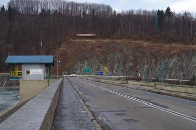 Droga biegnąca przez zaporę w Tresnej