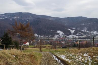 Widok na Czernichów z niebieskiego szlaku na Czupel