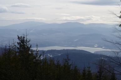 Widok spod Suchego Wierchu na Jezioro Żywieckie i Beskid Żywiecki z Pilskiem
