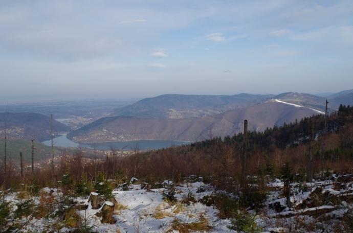 Widok z Czupla na Jezioro Międzybrodzkie i północne wzniesienia Beskidu Małego