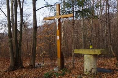 Krzyż i ołtarz w przysiółku Koleby przy żółtym szlaku do Czernichowa