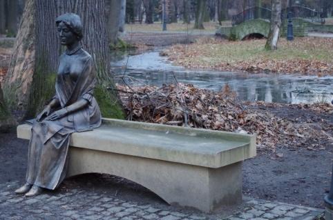Ławeczka księżnej Alicji Habsburg w żywieckim parku