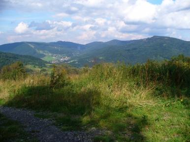 Widok ze szlaku z Łysego Gronia na górę Żar i Międzybrodzie Żywieckie
