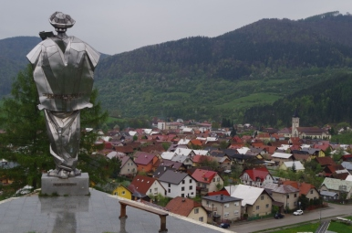 Jánošíkova socha i widok na Terchową