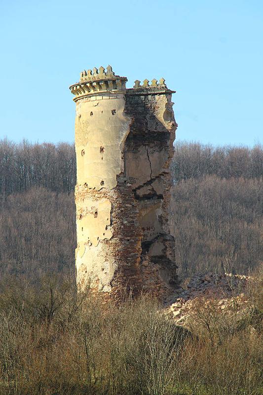 Zawalony fragment jednej z baszt zamku w Czerwonogrodzie
