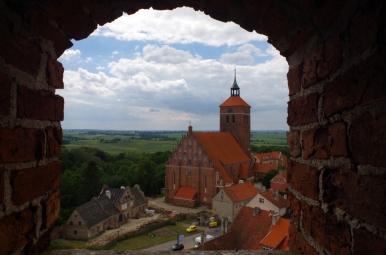 Widok z zamku na kościół w Reszlu