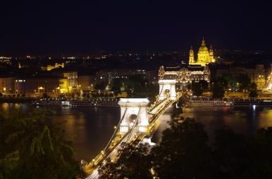 Most Łańcuchowy w Budapeszcie nocą.