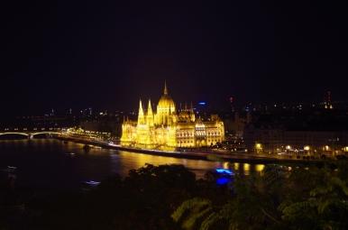 Parlament w Budapeszcie nocą.