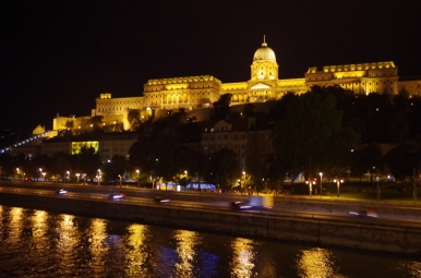 Wzgórze zamkowe w Budapeszcie nocą.