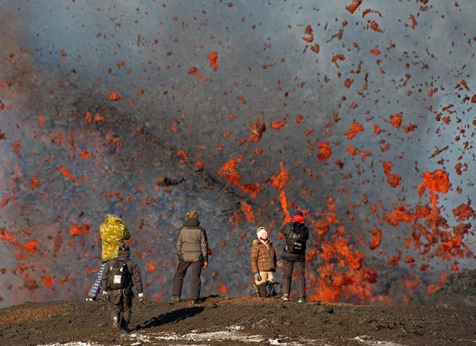 Wulkan Tołbaczyk podczas erupcji, luty 2013.