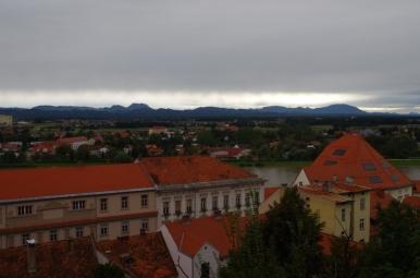 Widok spod zamku na Ptuj i góry