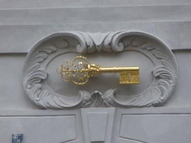 Artystyczne elementy kamienic przy ulicy Jana Nerudy, zdjęcie wykonano 5 IV 2012 r.