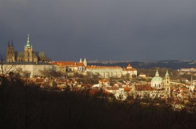 Widok na Hradczany z kolejki na wzgórze Petřín