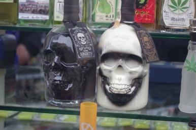 Czeskie trupie czachy w sklepie z absyntem