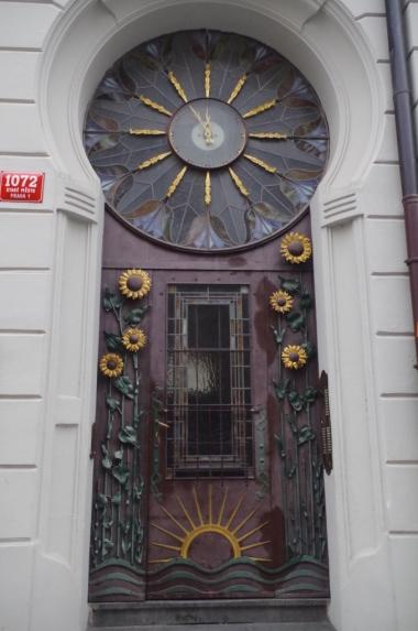 Drzwi wejściowe do jednej z praskich kamienic