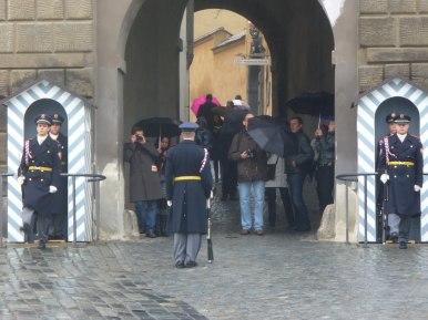 Zmiana warty przed Bramą Wejściową na Hradczany, zdjęcie wykonano 5 IV 2012 r.