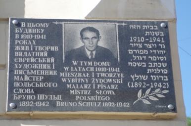 Tablica na budynku, w którym mieszkał Bruno Schulz