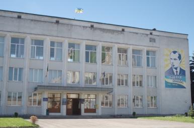 Jeden z budynków w Żółkwi - na ścianie widoczny Bandera...