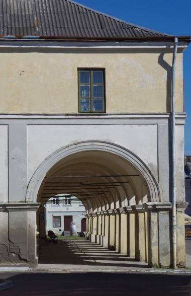 Podcieniowe kamieniczki żółkiewskiego rynku