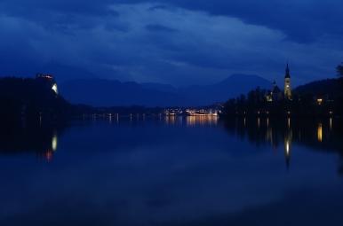 Jezioro Bled o zmroku