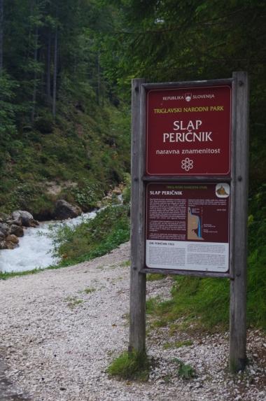 Tablica przy wejściu na szlak do wodospadu Wodospad Peričnik