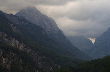 Alpy Julijskie - w tle, w chmurach zasłonięty Triglav