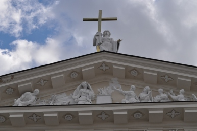 Tympanon katedry św. Stanisława w Wilnie, zdjęcie wykonano 18.04.2012 r.