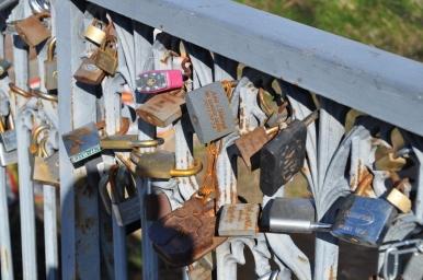 Kłódki na moście prowadzącym na wileńskie Zarzecze, zdjęcie wykonano 18.04.2012 r.