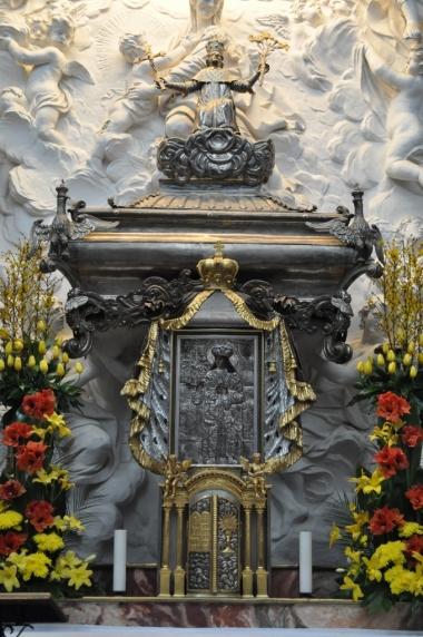 Wnętrza katedry św. Stanisława - ołtarz z relikwiarzem św. Kazimierza, zdjęcie wykonano 18.04.2012 r.
