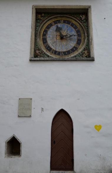 Zabytkowy zegar na ścianie kościoła św. Ducha, Tallin