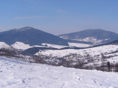 Widok z Przełęczy Rydza-Śmigłego na Ćwilin i Śnieżnicę, zdjęcie wykonano 17 III 2013 r.