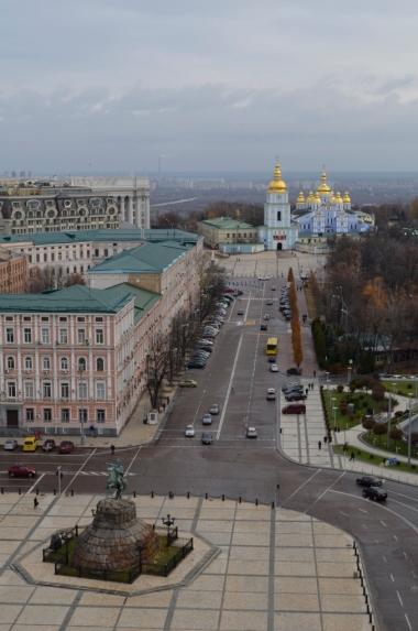 Widok z wieży Soboru Sofijskiego w kierunku Monastyru św. Michała Archanioła o Złotych Kopułach, Kijów
