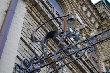 Żeliwny kot Behemot w pobliżu muzeum M. Bułhakowa