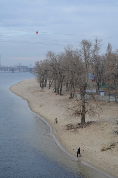 Lewobrzeżny, piaszczysty brzeg Dniepru w Kijowie