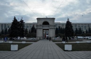 Łuk Triumfalny w Kiszyniowie, w tle budynek parlamentu Mołdawii