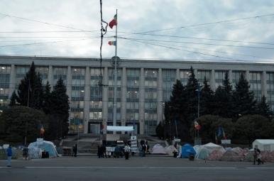 Mołdawski parlament w Kiszyniowie i miasteczko namiotowe podczas jesiennych protestów w 2015 r.